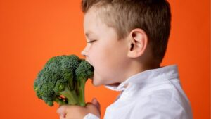 kid eating broccoli